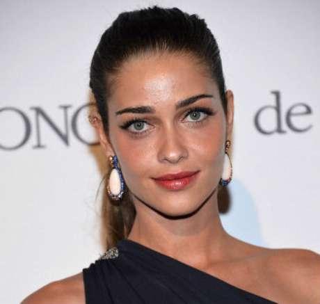 A modelo Ana Beatriz Barros investiu na pele morena com pó bronzeador e batom acobreado