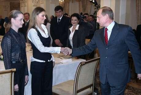 Putin cumprimenta Alina Kabayeva em foto de 2004