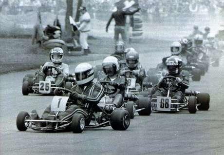 <p>Senna (kart 1) e Fullerton (logo atrás) foram companheiros de equipe por três anos, entre 1978 e 1980; brasileiro foi correr de monopostos, enquanto inglês abandonou as pistas em 1984</p>