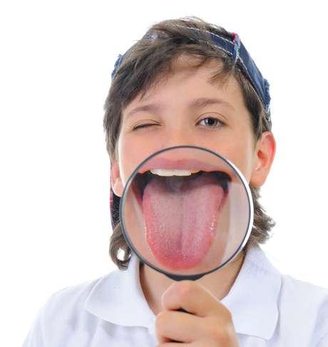 A língua é uma grande fonte de informações sobre a saúde de cada um e, por isso, examinar os aspectos dela (coloração, textura e odor) pode ser determinante para o diagnóstico de patologias