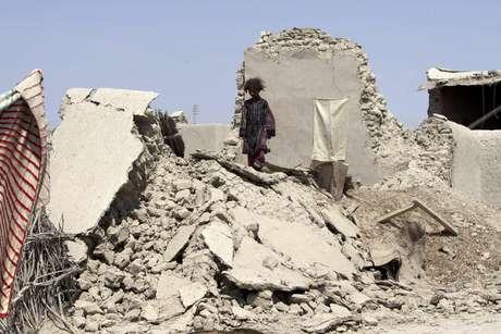 Una niña paquistaní camina sobre los escombros de una casa destruida por un terremoto en Labach, en el distrito de Awaran en la provincia de Beluchistán, Pakistán, el 26 de septiembre del 2013. Ese día se informó que milicianos separatistas dispararon dos cohetes que apenas erraron a un helicóptero del gobierno paquistaní que inspeccionaba una región devastada por un terremoto