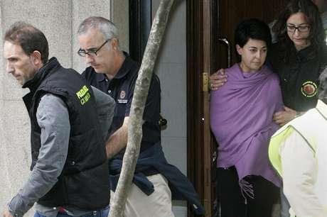 La madre de la niña sale del edificio donde la policía tomó huellas y  pruebas