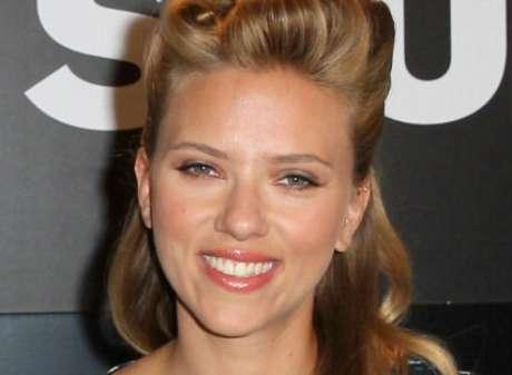 Scarlett Johansson faz maquiagem leve com inspiração pin-up, ótima para o dia a dia