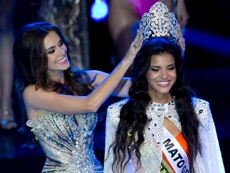 <p>Gabriela Markus, a Miss Brasil 2012, passou a coroa para sua sucessora, Jakelyne Oliveira, representante do Mato Grosso</p>