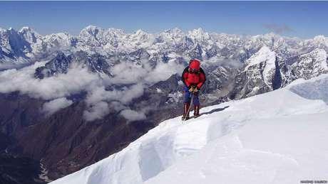 <p>Mesmo com o apoio de guias, carregadores e cozinheiros, nem sempre o montanhista que contrata uma expedição comercial chega ao cume. Nessa foto, um cliente de uma expedição guiada por Maximo começa a descida do Ama Dablam, uma montanha de alto grau de dificuldade no Nepal. Nesta expedição, em outubro de 2011, 12 clientes atingiram o cume da montanha</p>