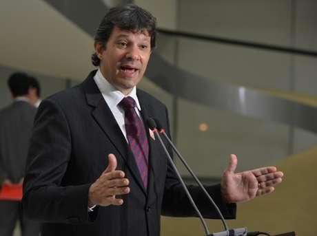 O prefeito de São Paulo, Fernando Haddad, fala com jornalistas após encontro com a presidenta Dilma Rousseff, no Palácio do Planalto