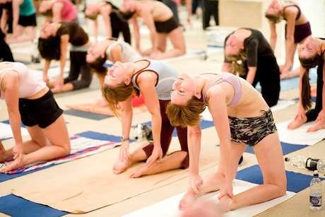 <p>A Hot Yoga une exercícios de força, flexibilidade e desintoxicação, devido às altas temperaturas da sala</p>