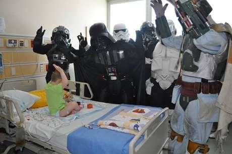 <p>Darth Vader e o exército de clones divertem crianças em hospital de Santa Maria, no Rio Grande do Sul</p>