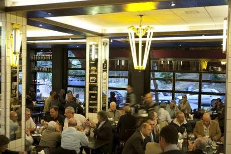 A maior concentração de bares em São Paulo fica na Vila Madalena, tradicional bairro boêmio da Zona Oeste da cidade. Lá estão alguns dos melhores e mais famosos estabelecimentos da cidade, como o Astor, onde o visual, o chope e o cardápio são inspirados nos tradicionais botecos cariocas
