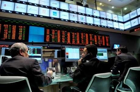 <p>Ações da Petrobras afundaram, encerrando com a maior queda desde 12 de novembro de 2008, de 12% os papéis preferenciais e de 11% as ações ordinárias,</p>