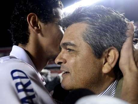 <p>Ney Franco abraça Paulo Henrique Ganso, ex-comandado no São Paulo; técnico é cobiçado pelo Santos, mas pode seguir no Vitória</p>