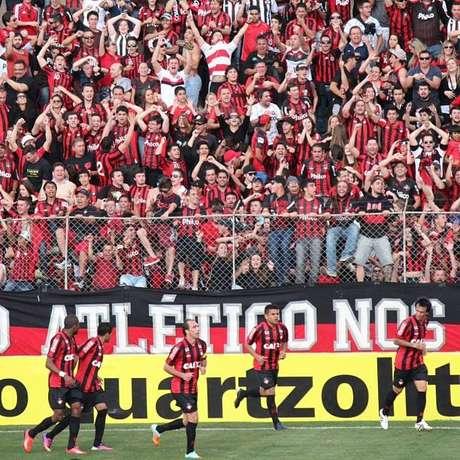 Torcedores do Atlético-PR comemoram gol subindo na grade, que acabou cedendo e retardou o início do segundo tempo