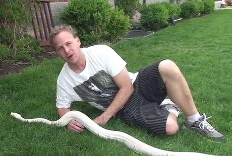 Vídeo disponível na internet mostra Jeremy com a cobra rara nos Estados Unidos
