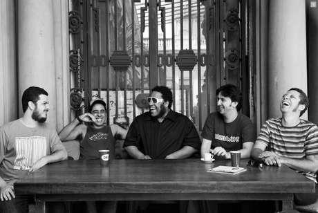 BNegão (centro) com Pedro Selector, Fábio Kalunga, Robson Riva e Fabiano Moreno, que formam o Seletores de Frequência