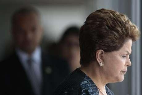 Presidente Dilma Rousseff aguarda início de cerimônia de recepção ao presidente Paraguaio, Horacio Cartes, no Palácio do Planalto, em Brasília. O governo brasileiro vai exigir explicações do Canadá pela denúncia de que o Ministério de Minas e Energia (MME) foi alvo de espionagem eletrônica por parte da agência canadense de segurança, afirmou Dilma nesta segunda-feira, em mais uma reação aos programas de vigilância dos Estados Unidos e aliados. 30/09/2013.