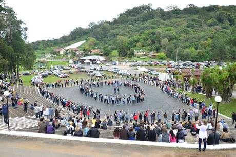 <p>Ao todo, 291 pessoas participaram do evento; destes, 277 conseguiram fazer a degola da garrafa de espumante com um golpe de sabre</p>