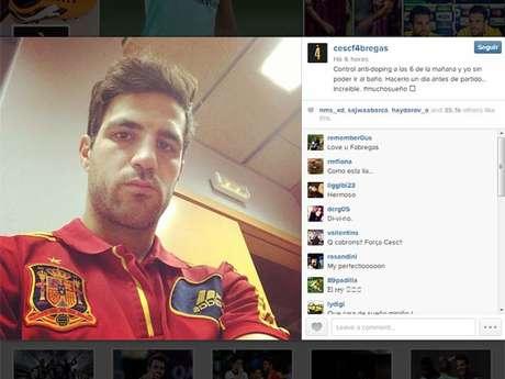 <p>Fábregas postou foto com cara de sono para reclamar do exame surpresa</p>