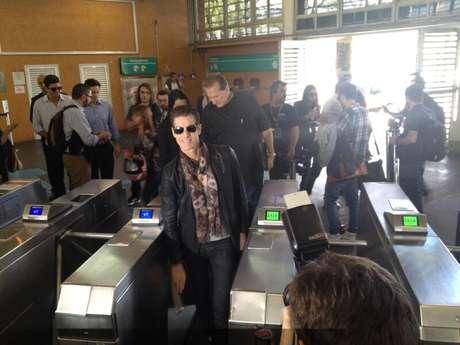 O perfil Usuários Metrô SP postou uma imagem de Farrell entrando na estação de trem