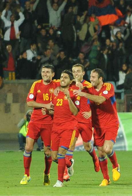 <p>Armênios se aproveitaram da expulsão de dois jogadores da Bulgária para vencer e seguir na briga por uma vaga na repescagem</p>