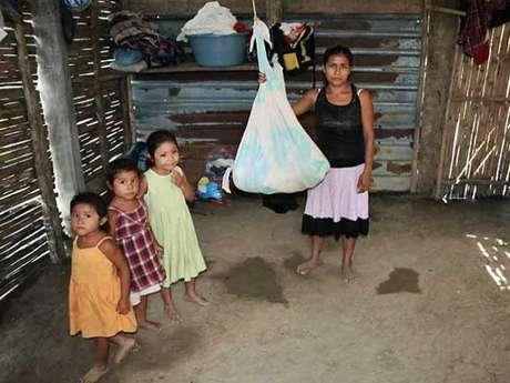 Tres meses antes de que la indígena mazateca Irma López diera a luz en el patio de una clínica en San Felipe Jalapa de Díaz, Oaxaca, Cristina López pasó por lo mismo y a la fecha ninguna autoridad de salud estatal o federal la ha visitado para realizarle un chequeo a ella y a su hija.