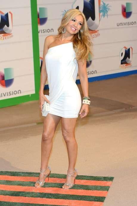 Thalía Sodi canta a duo con Érick Rubín  la canción 'La Apuesta', la cual ya se está promoviendo en las estaciones de radio del país.