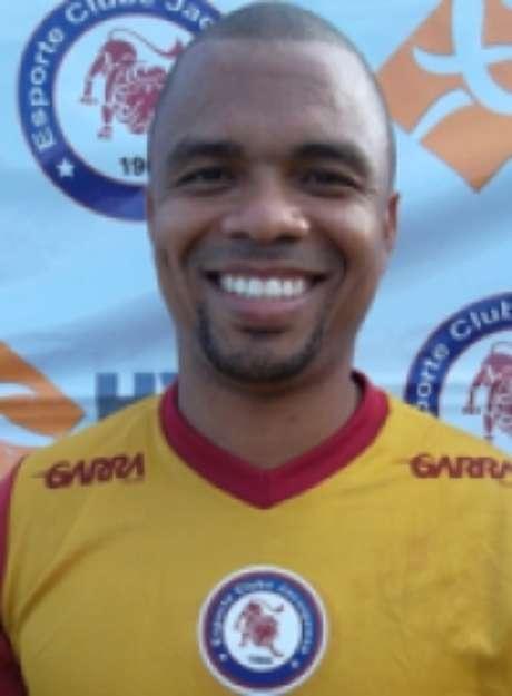 <p>Atacante Nádson, de passagem pela Seleção Brasileira, é o destaque do Jacuipense, que tem time escalado por torcedores via internet</p>