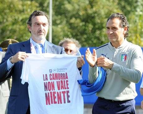 Cesare Prandelli (à dir.) posa com camisa com mensagem anti-máfia