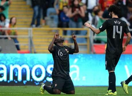 <p>Varela comemora um dos gols da vitória de Portugal. vaga na Copa, no entanto, será decidida na repescagem</p>