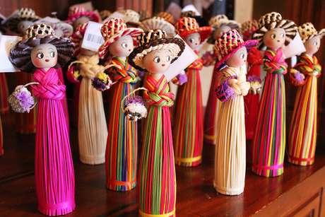 <p>Bonecas feitas de sobras de palha toquilla; além de chapéus, bolsas também são produzidas com a fibra</p>