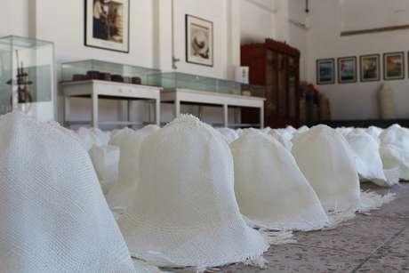 <p>Após branqueamento, chapéus secam na fábrica Homero Ortega</p>