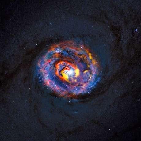 Observações revelaram pela primeira vez uma estrutura em espiral e uma inesperada corrente de material se deslocando para o exterior nas regiões centrais da galáxia ativa próxima NGC 1433