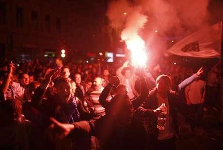 Fãs da seleção de futebol da Bósnia celebram vitória contra a Lituânia em partida classificatória para a Copa do Mundo de 2014, em Sarajevo, 15 de outubro de 2013. Rojões e sinalizadores iluminaram a noite de Sarajevo na terça-feira, quando milhares de moradores saíram às ruas para comemorar madrugada adentro a classificação da Bósnia para a Copa de 2014. 15/10/2013