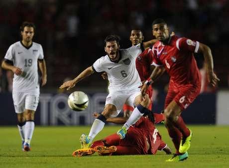 Com dois gols no fim, os Estados Unidos venceram o Panamá de virada e ajudaram os rivais do México