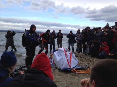 Rocha se partiu em três pedaços após ser retirada de lago Chebarkul