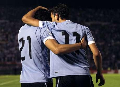 Cavani e Stuani comemoram gol do Uruguai em duelo contra Argentina pelas Eliminatórias