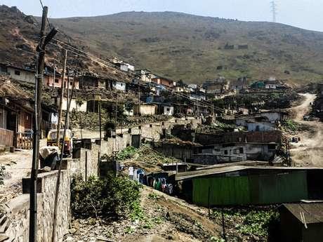<p>La organizacióncivilTECHO planea la construcción de un salón comunitario en el asentamiento humano Defensores de la Familia, en Perú.</p>