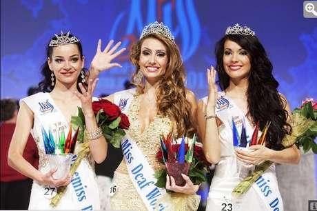<p>Thaisy posa na premiação da Miss Surda Mundo, em Praga, na Europa</p>