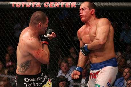 <p>Junior Cigano foi derrotado novamente por Cain Velásquez, que manteve o cinturão dos pesados; confira a seguir mais fotos do UFC 166</p>