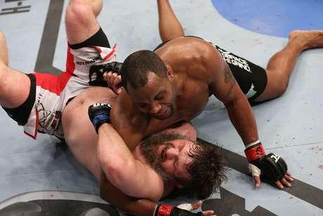 <p>Daniel Cormier derrotou facilmente Roy Nelson pelos pesados</p>