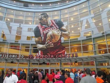 <p>Dwight Howard é exaltado na entrada da casa dos Rockets</p>