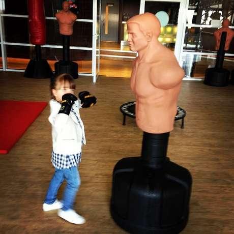 Ticiane Pinheiro posta foto de Rafaella Justus lutando com boneco