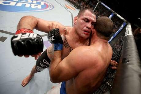 Velásquez segue como o campeão dos pesados do UFC