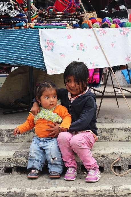 <p>Crianças acompanham os pais que trabalham no mercado aberto deOtavalo</p>