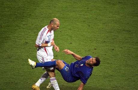 <p>Zidane encerrou sua carreira com uma cabeçada no italiano Materazzi</p>