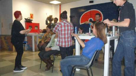<p>Mulheres passam por maquiadores e cabeleireiros antes da gravação</p>