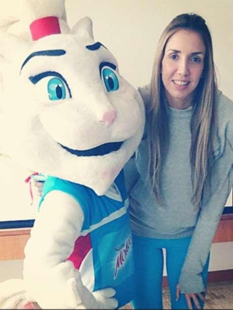 Thaísa posou para foto com novo mascote do time: Molicat
