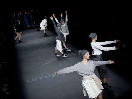 <p>Grife Uma levou para a passarela do São Paulo Fashion Week, em 2013, um espetáculo de dança. As peças usadas pelos bailarinos eram feitas de tule estampado, veludo de seda, malha, crepe da chibé, tricôs de viscose, lã, algodão e couro sintéticos. Os looks foram inspirados no jeito particular que as bailarinas se vestem.</p><p></p>