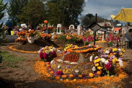 Flores decoram os túmulos em preparação para a Alumbrada, festejo realizado todos os anos na comunidade de San Andrés de Mixquic, na Cidade do México