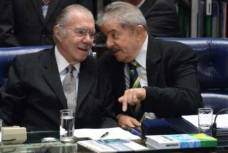 Opositor a Sarney (esq.) durante a Assembleia Constituinte, Lula (dir.) teceu elogios ao senador durante sessão solene
