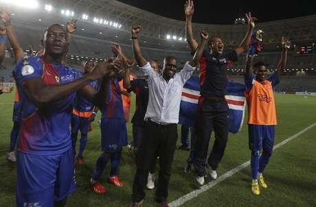 <p>Jogadores e o técnico da seleção de Cabo Verde, Lucio Antunes, comemoram ao vencer partida contra a Tunísia pelas Eliminatórias</p>